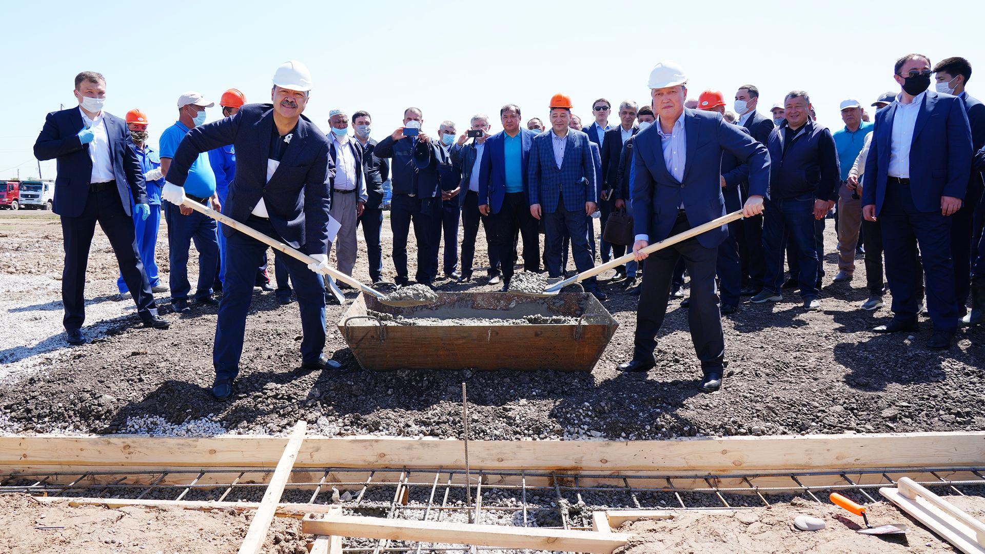 Премьер-министры Казахстана и Узбекистана заложили фундамент нового микрорайона в Мактааральском районе