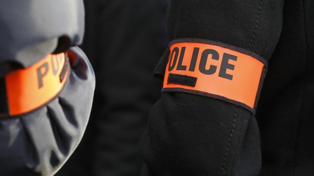 Несколько десятков человек напали на полицейский участок под Парижем