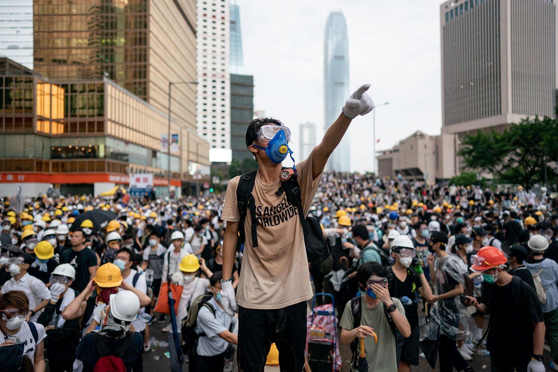 Демонстранты в Гонконге протестуют против планов властей запретить носить им маски