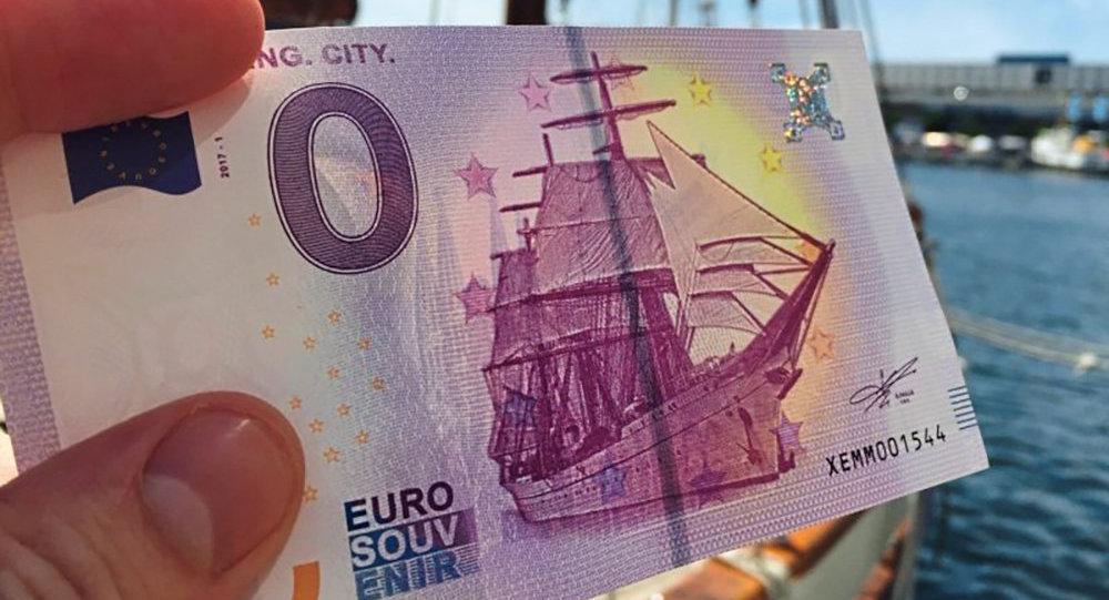 В Караганде мошенник выменивал у пенсионеров сувенирные купюры на деньги