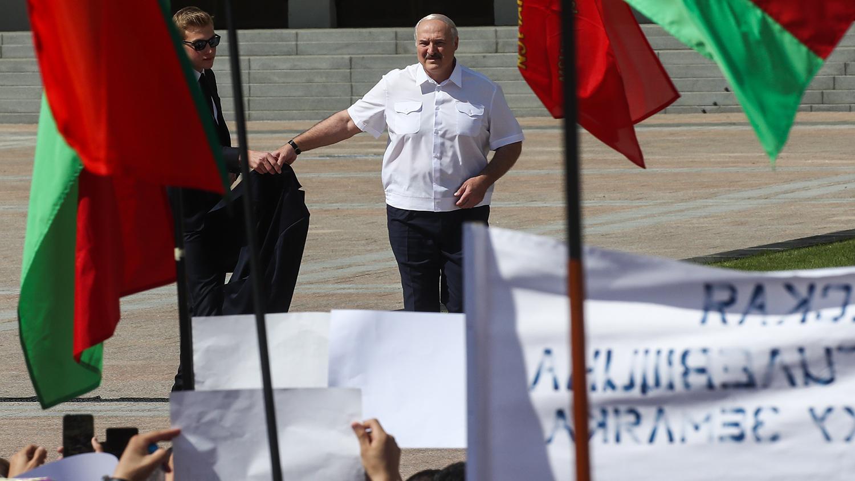 Лукашенко встал на колени перед собравшимися на площади в Минске