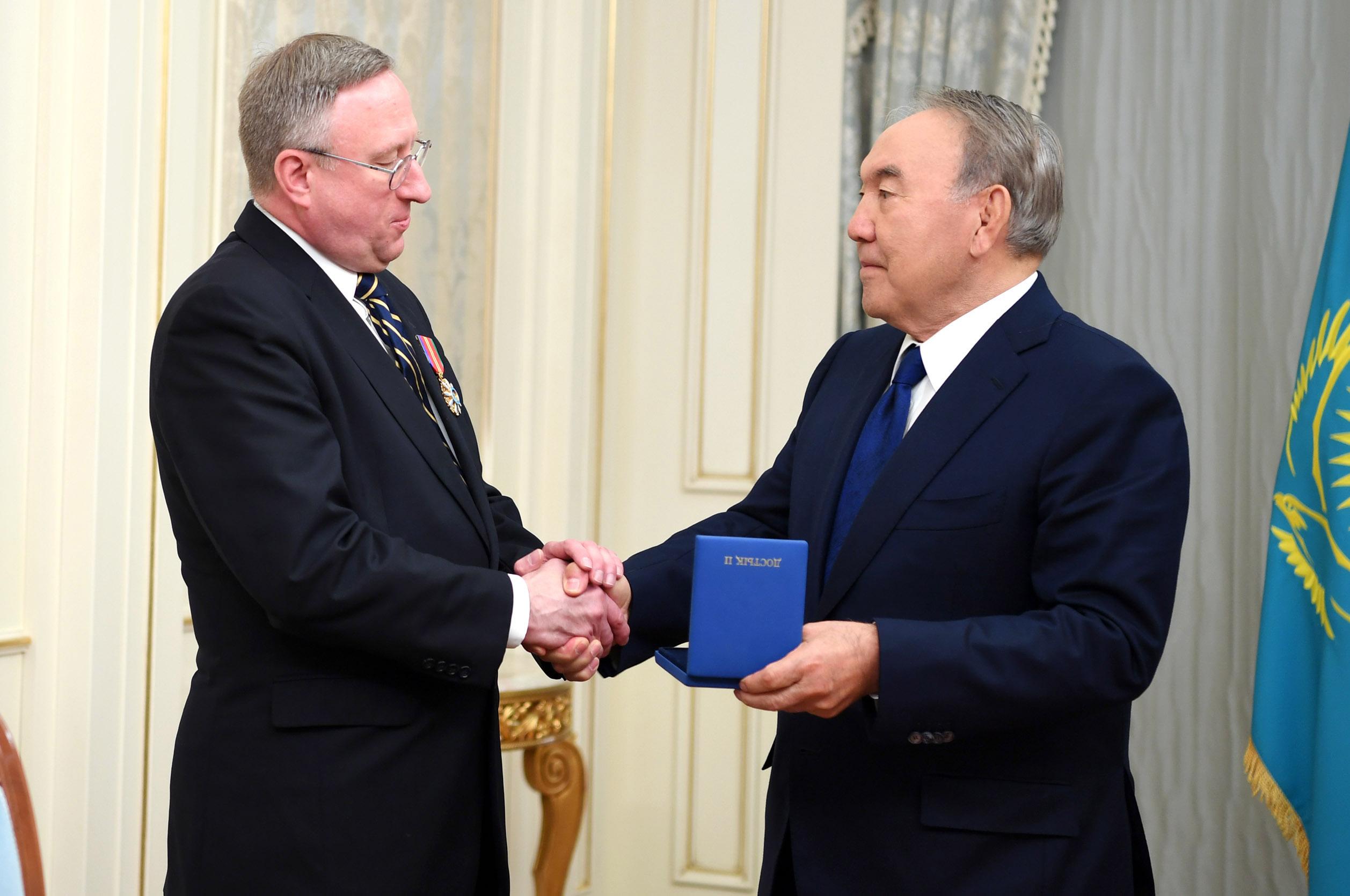 Назарбаев наградил орденом завершающего дипмиссию в Казахстане посла США, США, Казахстан, Посол, Джордж Крол