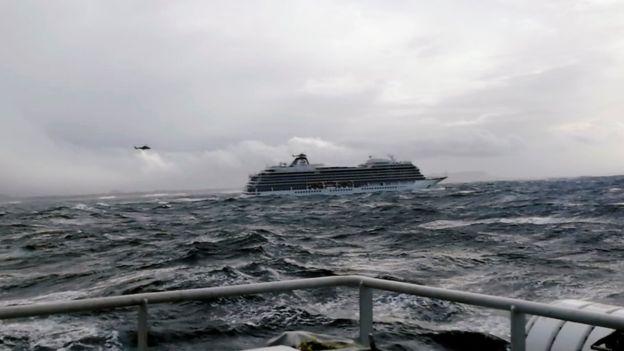 С терпящего бедствие у берегов Норвегии лайнера эвакуируют 1300 человек