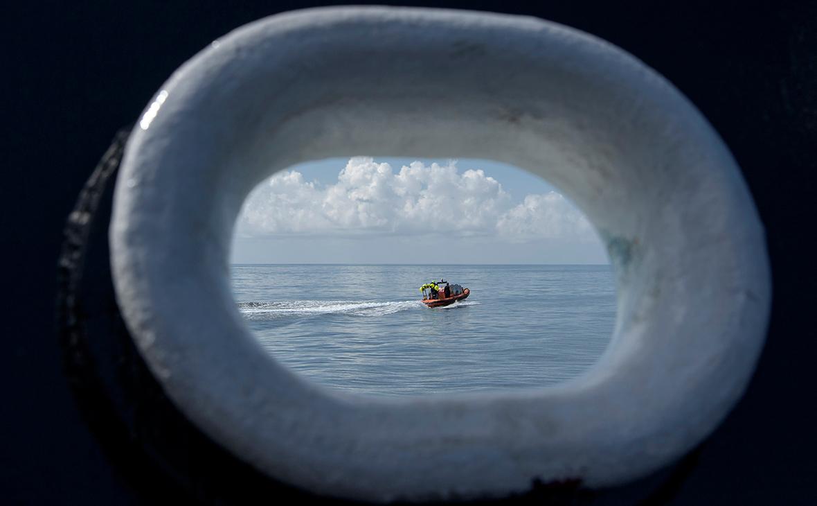 Спасательным катерам пришлось отгонять частные лодки от места приводнения корабля Crew Dragon