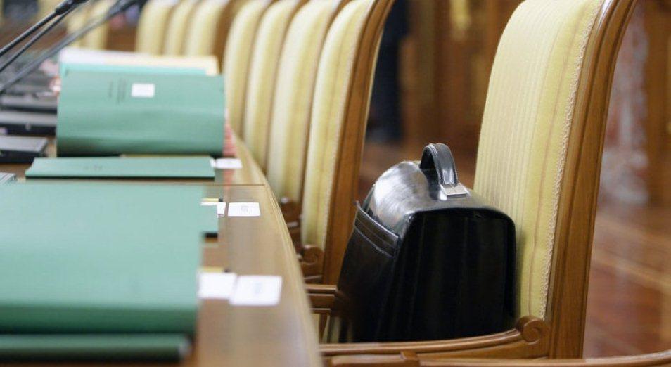 Более 40% госслужащих ВКО не удовлетворены своей работой