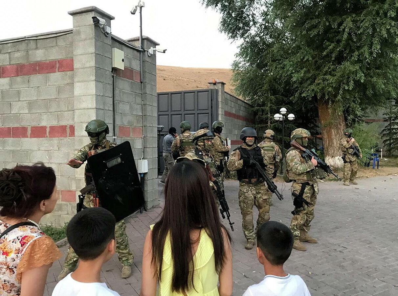 Киргизский спецназ пытается остановить толпу у резиденции Атамбаева