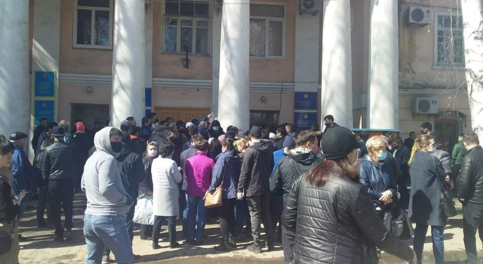 Как акимат Усть-Каменогорска устроил давку в очередях во время пандемии коронавируса