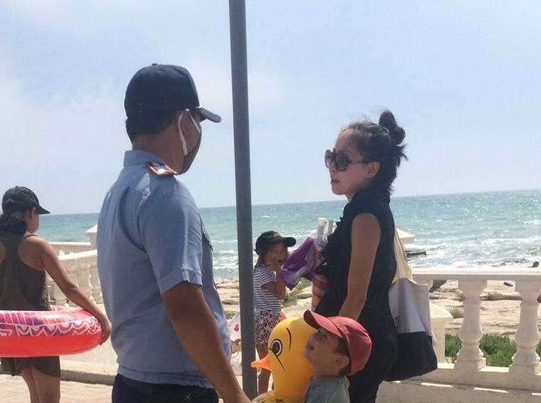 Полиция контролирует купание на пляже во время карантина в Мангистау