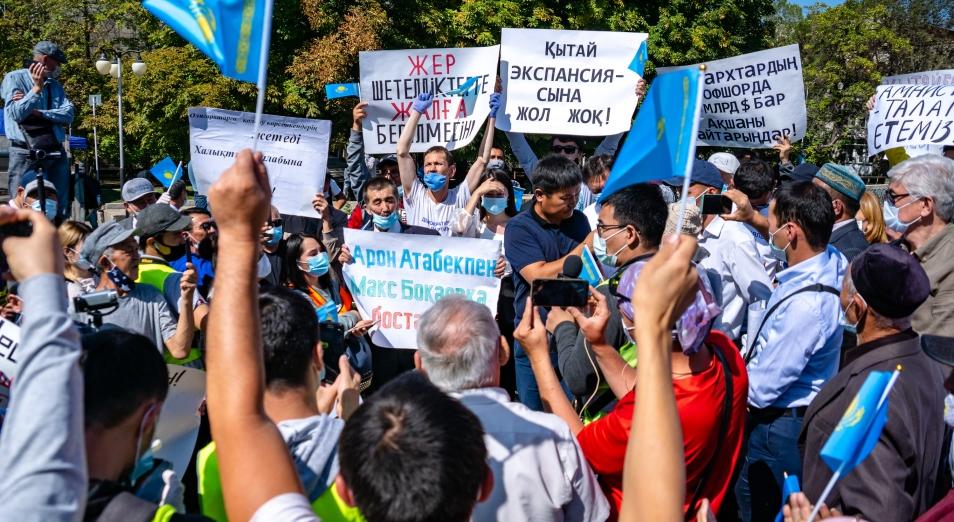 Несоблюдение дистанции и отклонение от темы: как в Алматы прошел митинг