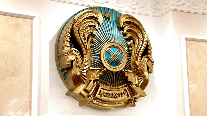 На гербе Казахстана появится название страны на латинице, Латиница, герб, QAZAQSTAN, Переход на латиницу, конституция