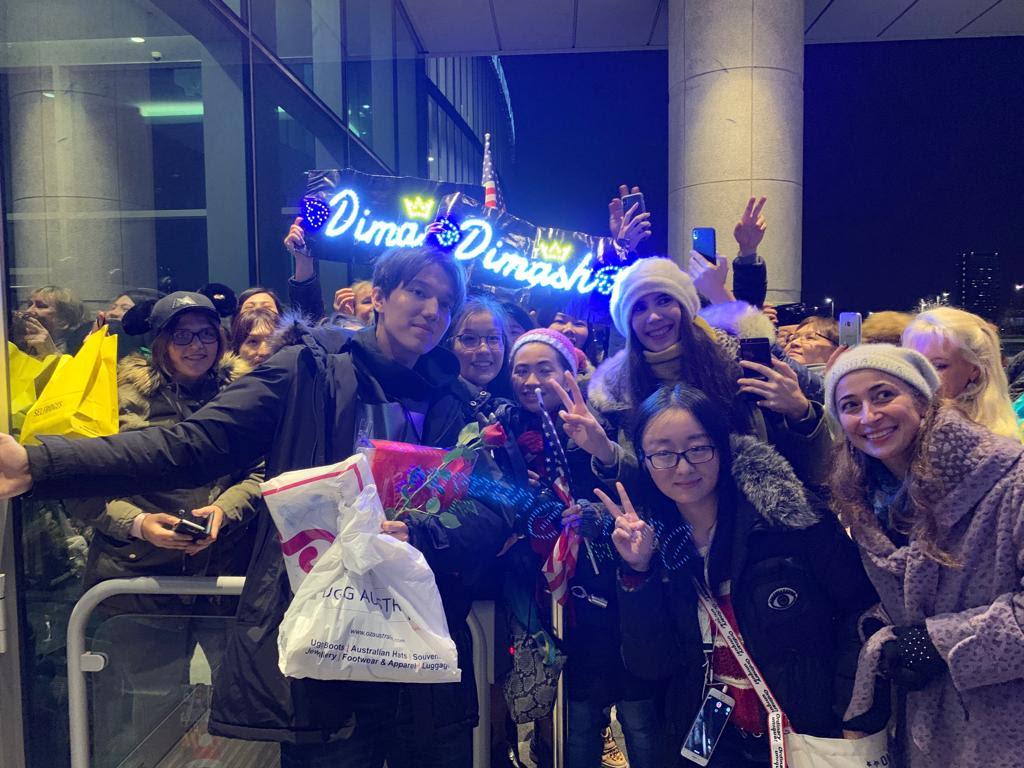 Димаша Кудайбергена приветствовали поклонники из разных стран в аэропорту Лондона