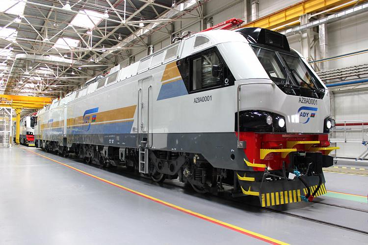 Азербайджанские железные дороги получили первый грузовой локомотив, произведенный в Казахстане