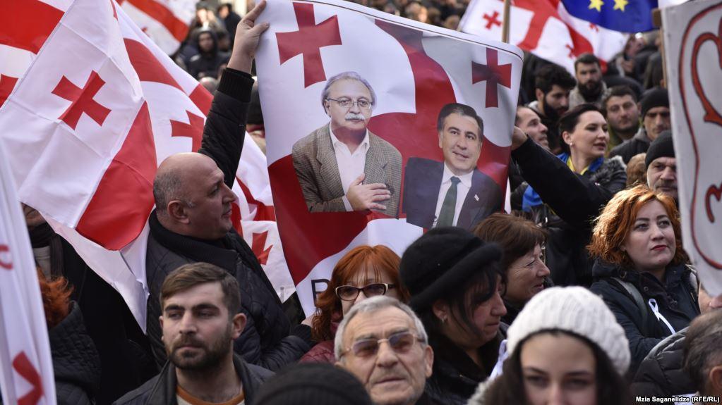 В Грузии оппозиция, не согласная с итогами президентских выборов, проводит акции протеста