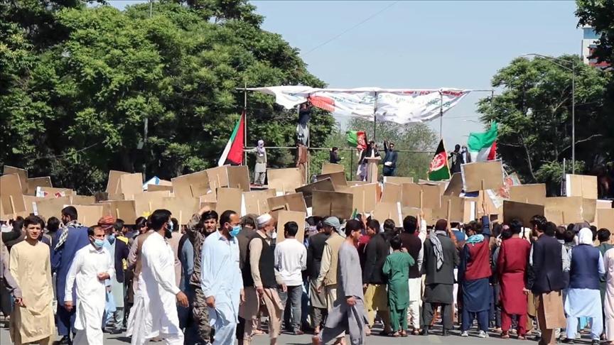 Сотни афганцев вышли на акцию протеста в Кабуле с требованием выплаты зарплат