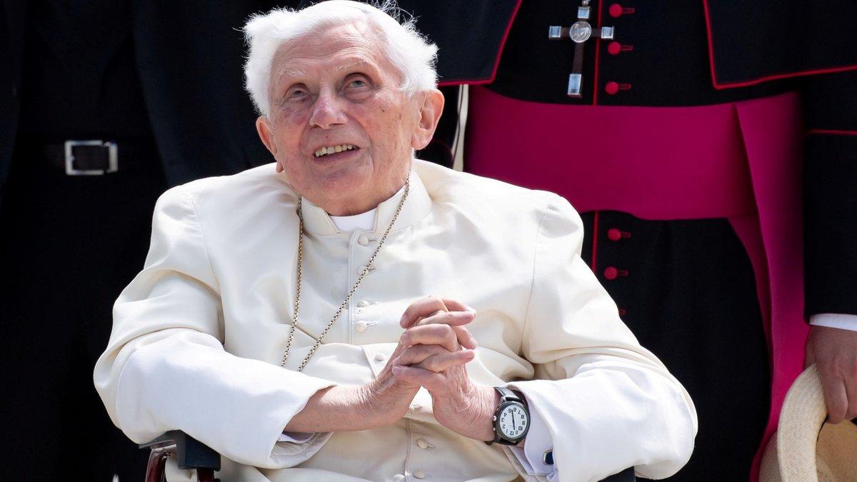 Бывший папа римский Бенедикт XVI в тяжелом состоянии