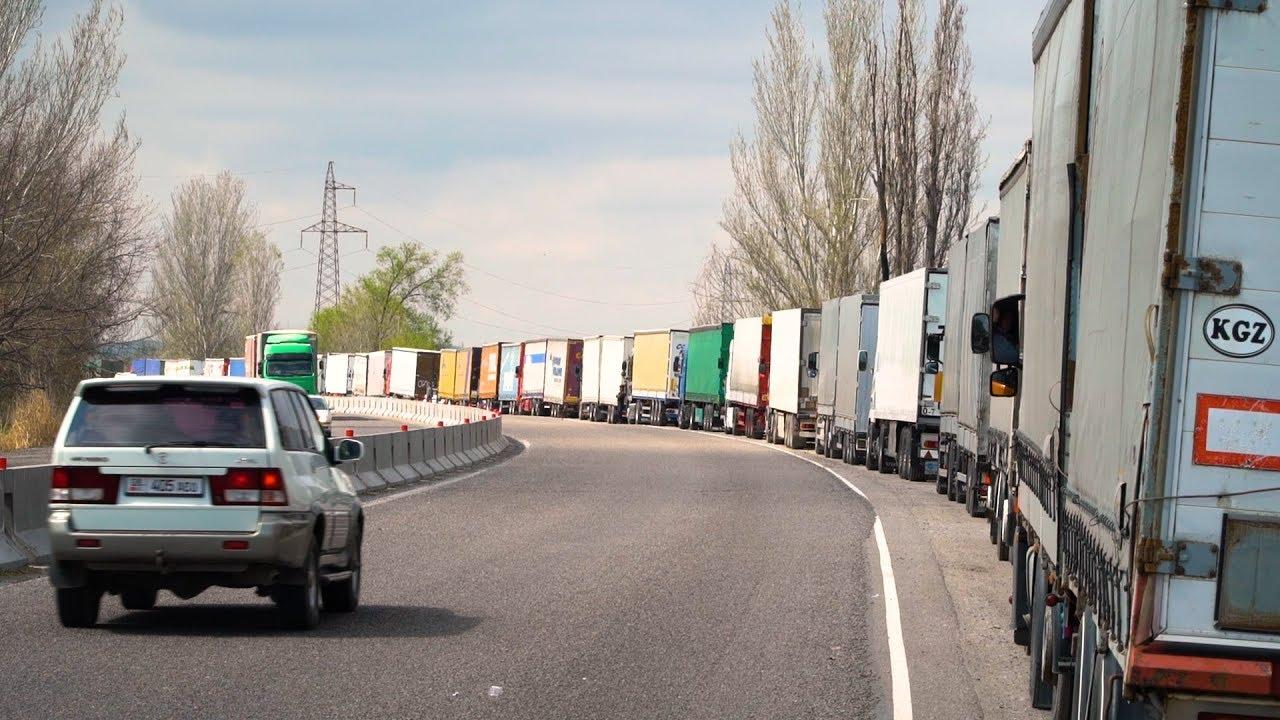 На границе Кыргызстана с Казахстаном скопилось уже 300 фур