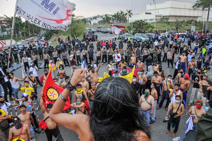 В Индонезии проходят массовые протесты против нового трудового законодательства