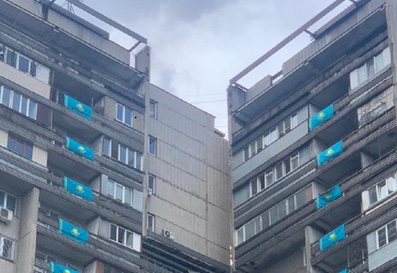 Алматинцы украсили многоэтажки флагами