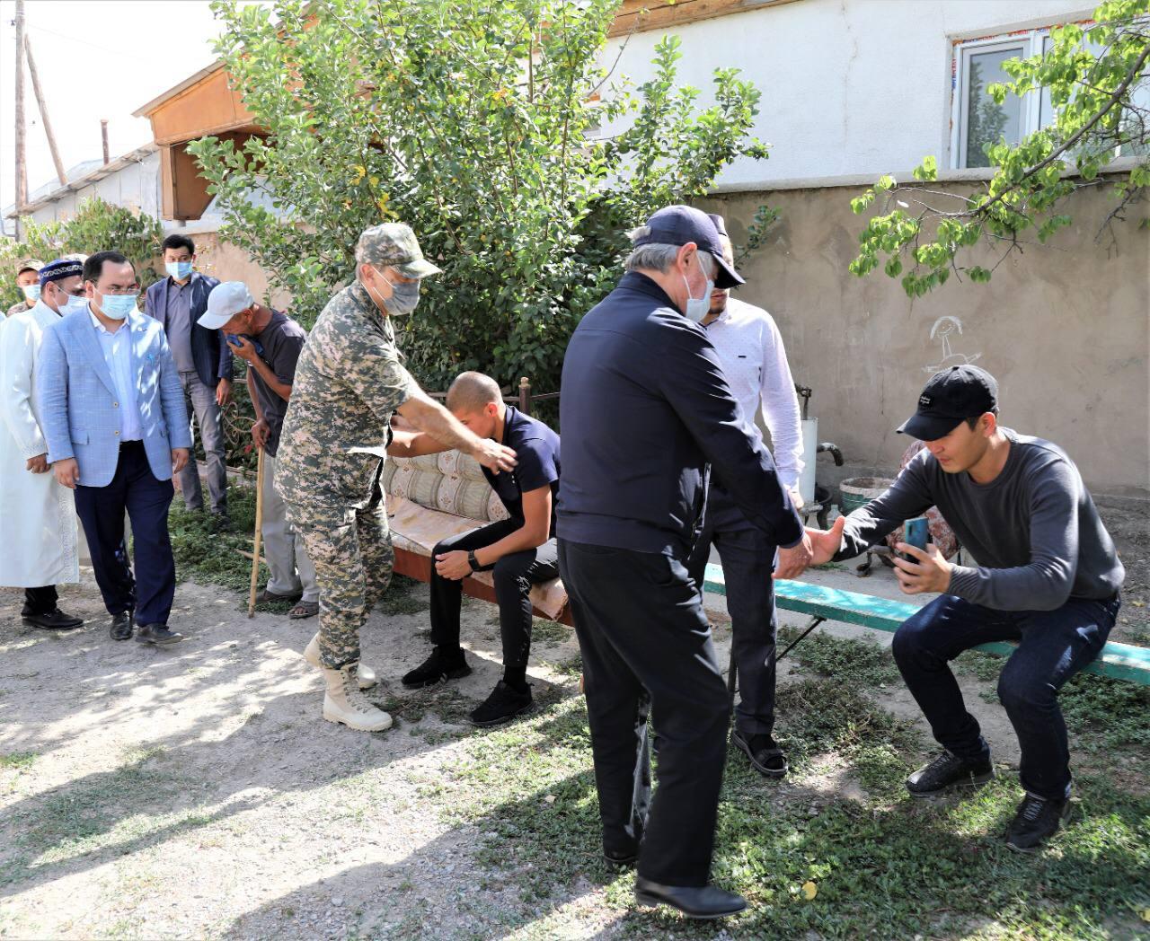 Министр обороны навестил семьи погибших
