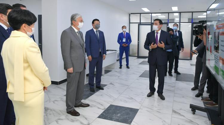 Сертификат на получение машины скорой помощи из рук Президента получили сотрудники столичной поликлиники