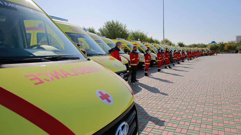 В Атырау ко Дню города медикам вручили 22 машины скорой медицинской помощи