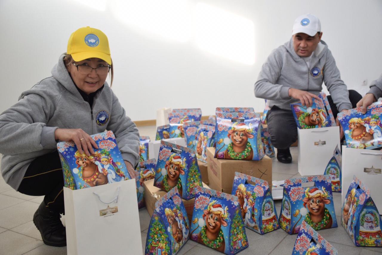 «30 добрых дел»: представители АНК раздали нуждающимся семьям продуктовые корзины