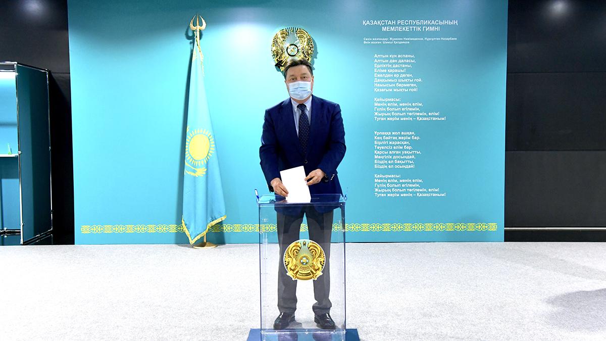 Премьер-министр РК проголосовал на выборах депутатов мажилиса от АНК