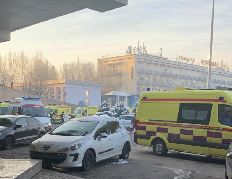 Пострадавших при крушении самолета близ Алматы доставляют в больницы