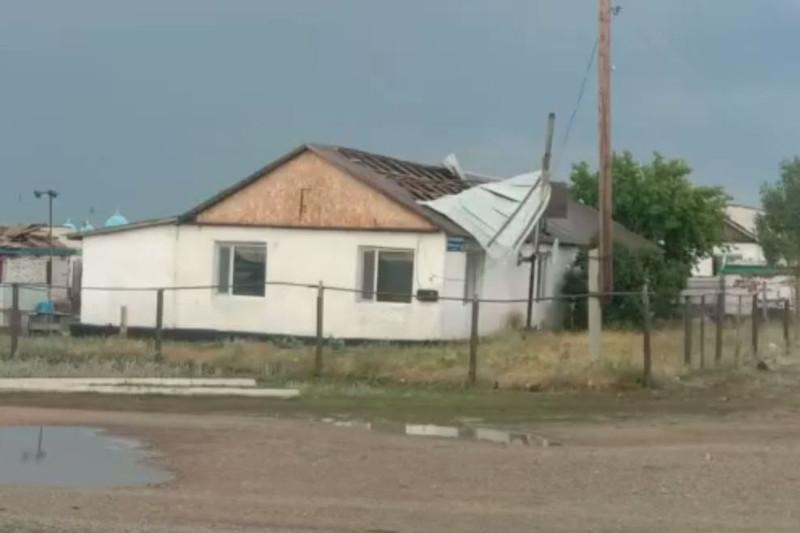 Сильный ветер сорвал кровли с десятка зданий в Акмолинской области