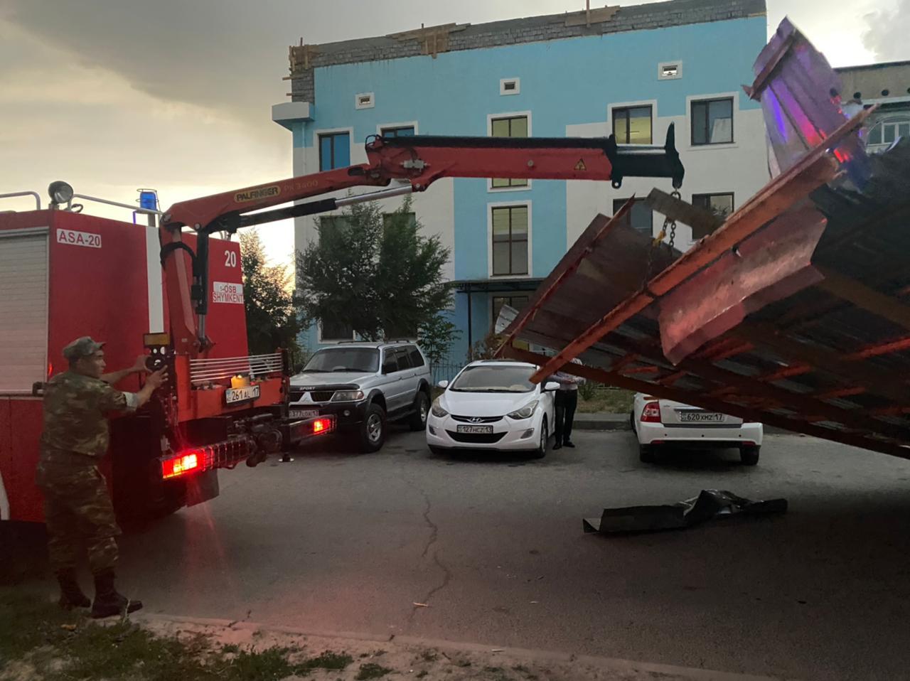 Штормовой ветер в Шымкенте срывал крыши и ломал деревья