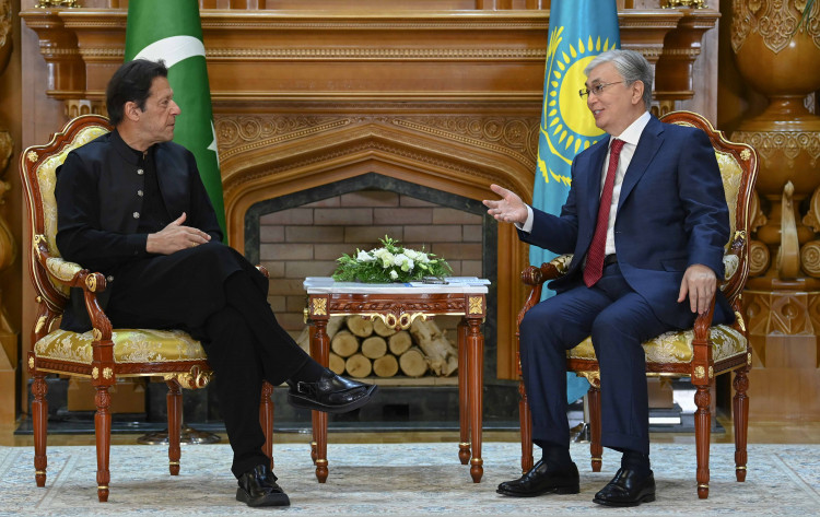 Премьер-министр Пакистана заявил Касым-Жомарту Токаеву о важности развития логистических возможностей