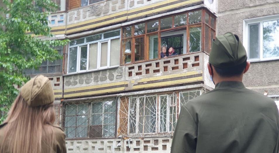 Песни Победы спели под окнами ветеранов войны в Павлодаре