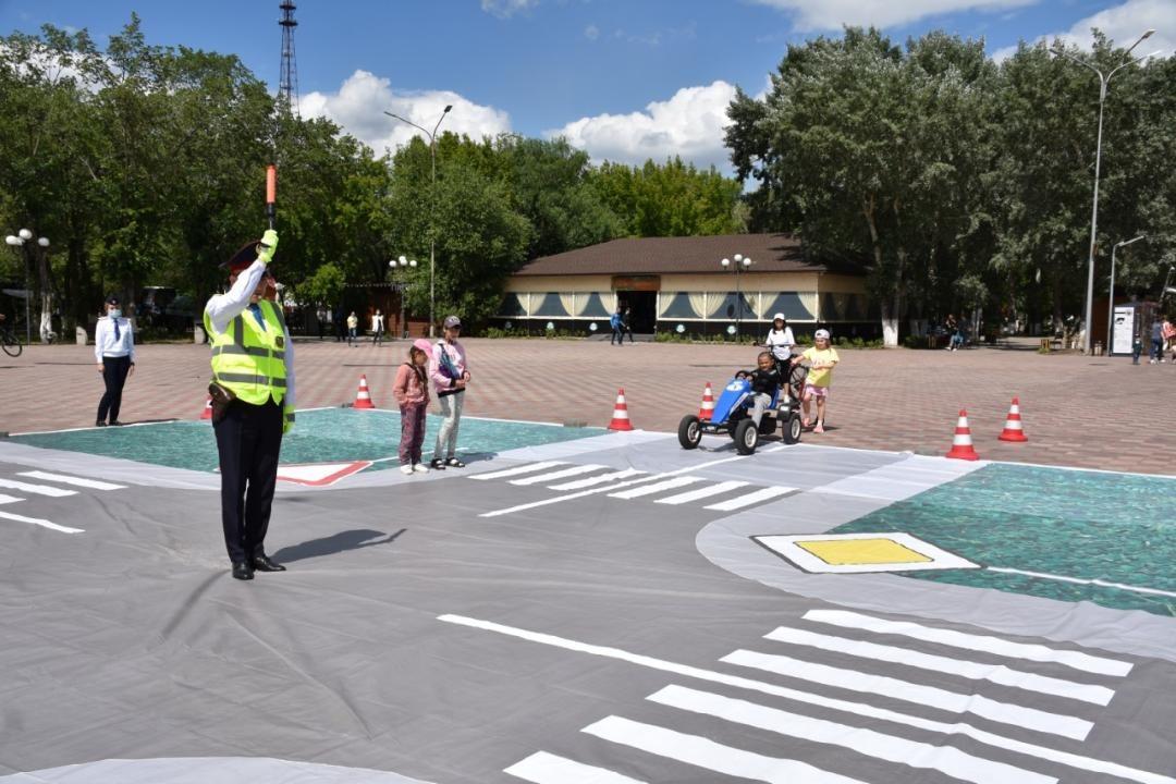 Полицейские обучают детей Правилам дорожного движения в Караганде