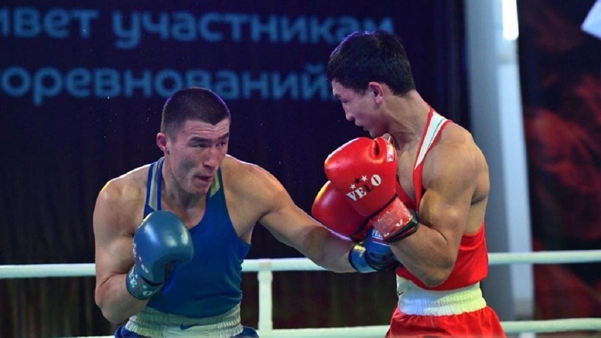 ЧМ по боксу: казахстанец стартовал с победы