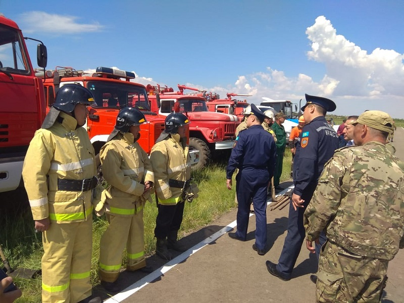 Вертолеты тушат пожар в природном парке в Павлодарской области