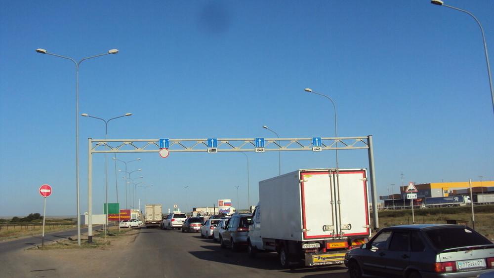 Более 200 мигрантов из Узбекистана пытаются попасть в Казахстан через Астраханскую область
