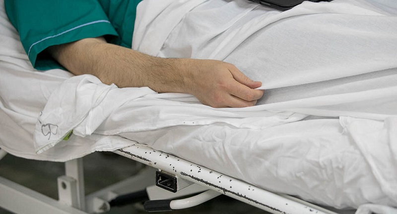 Мужчину на остановке убило током в Караганде