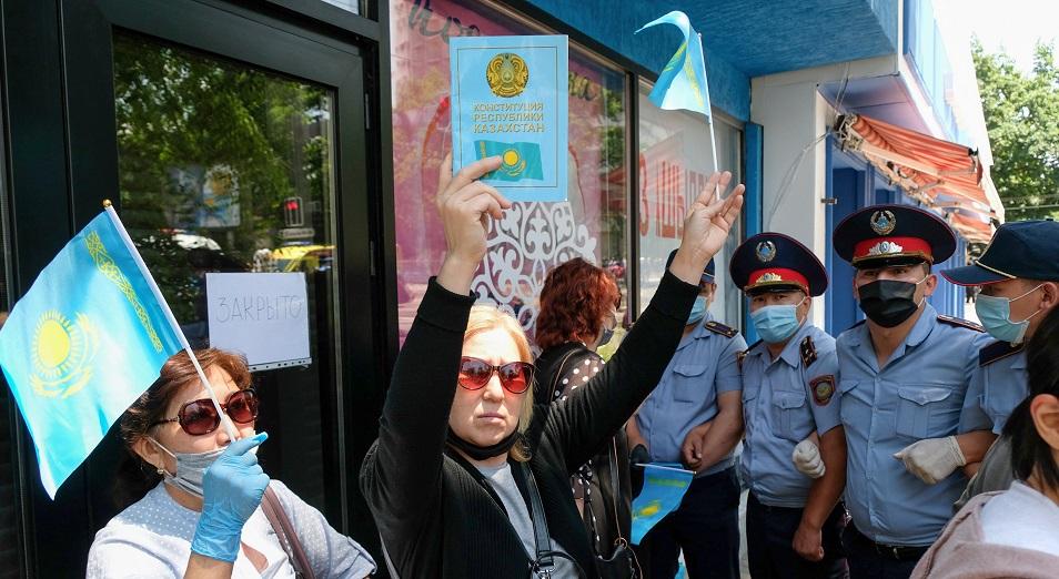 Дезинфекция против митингов. Фоторепортаж с улиц Алматы