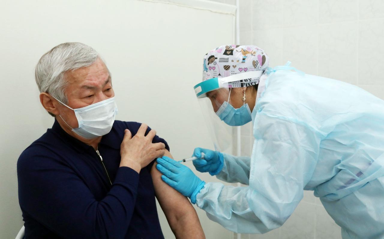 Аким Жамбылской области привился от COVID-19 отечественной вакциной