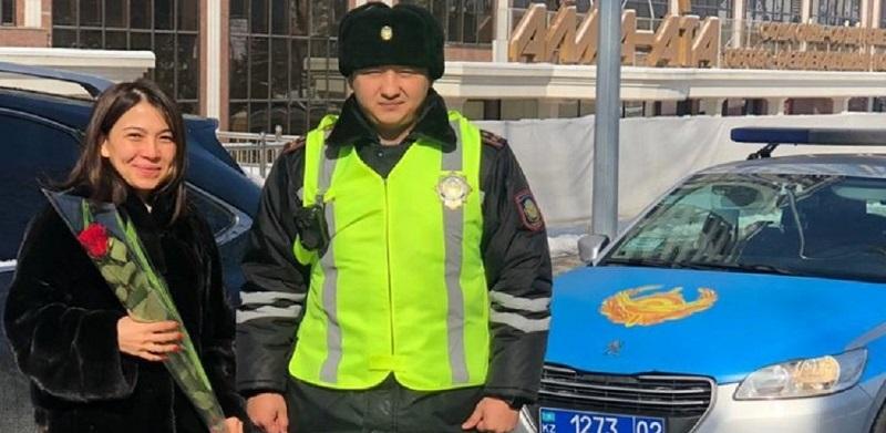 Алматинские полицейские вместо штрафов дарили женщинам цветы