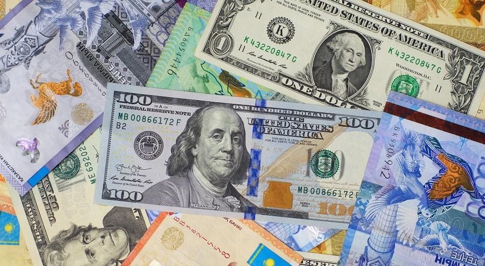 Тенге слабеет по отношению к доллару и рублю