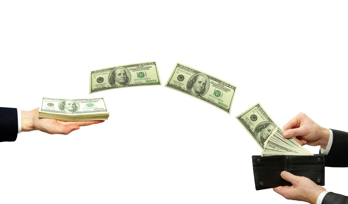 Казахстанцы стали меньше получать денег из-за рубежа