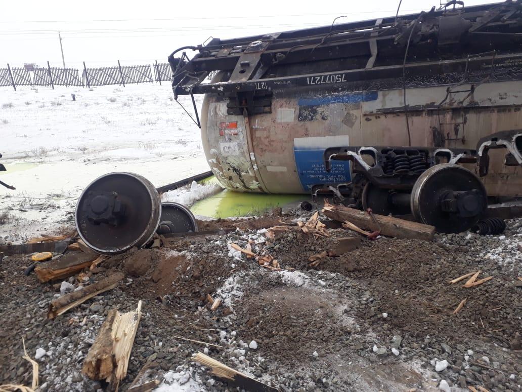 Создана комиссия для выяснения причин схода железнодорожных цистерн в Актюбинской области