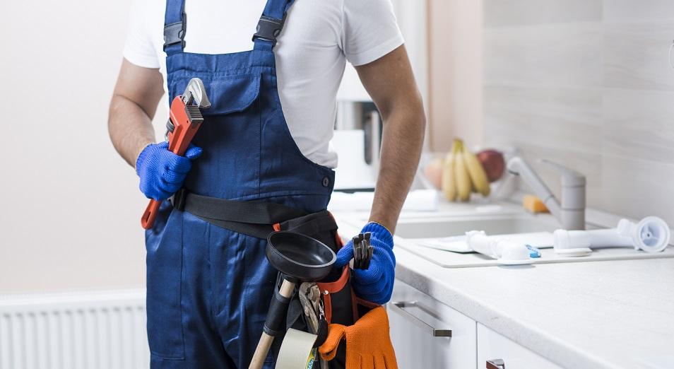 Хорошо быть сантехником: почему люди рабочих профессий зарабатывают больше офисных сотрудников?