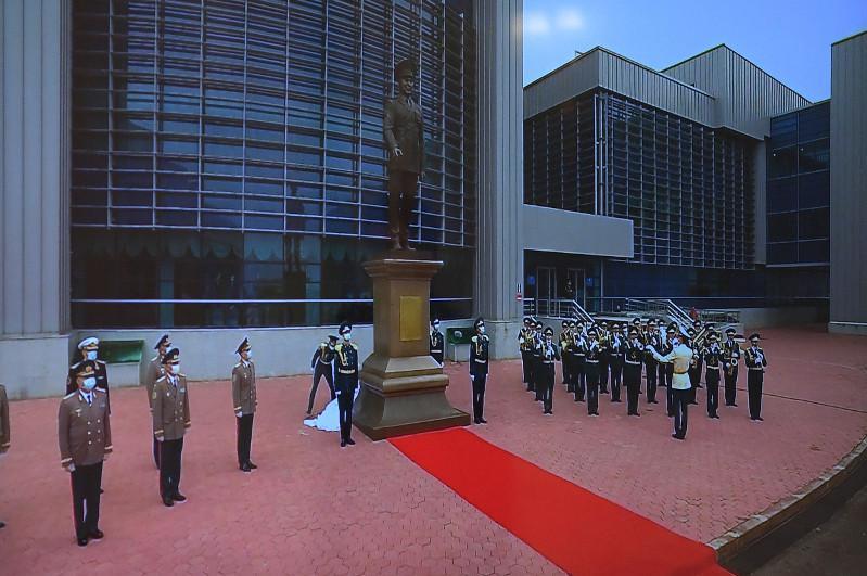 В столице Казахстана установили монумент Назарбаеву