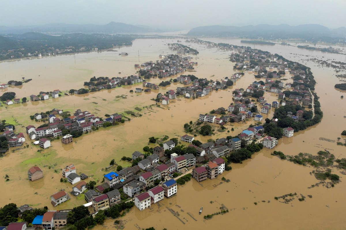 Названо число жертв сильных наводнений и оползней в Индии и Непале
