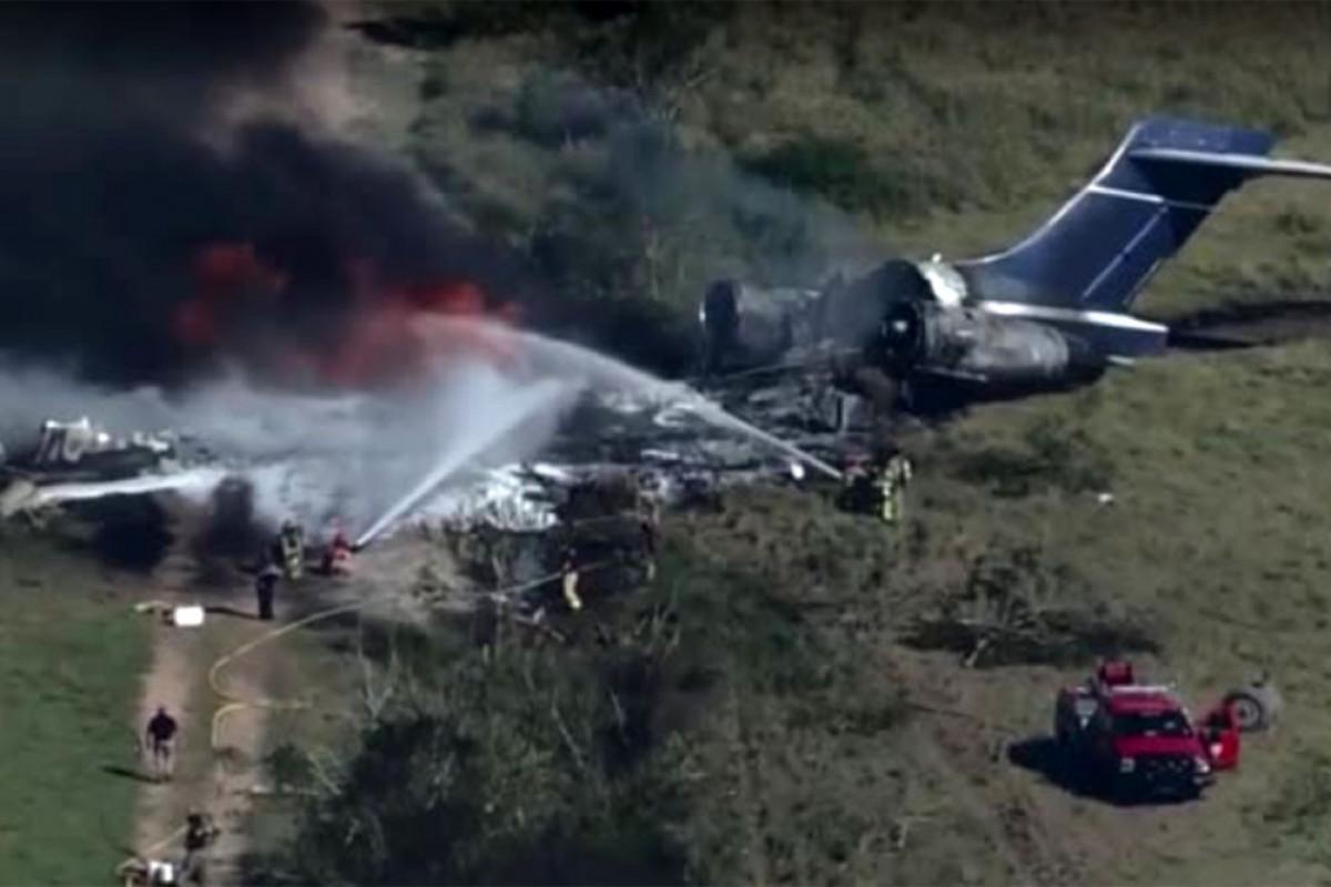 Самолет с пассажирами рассыпался на куски при взлете в США