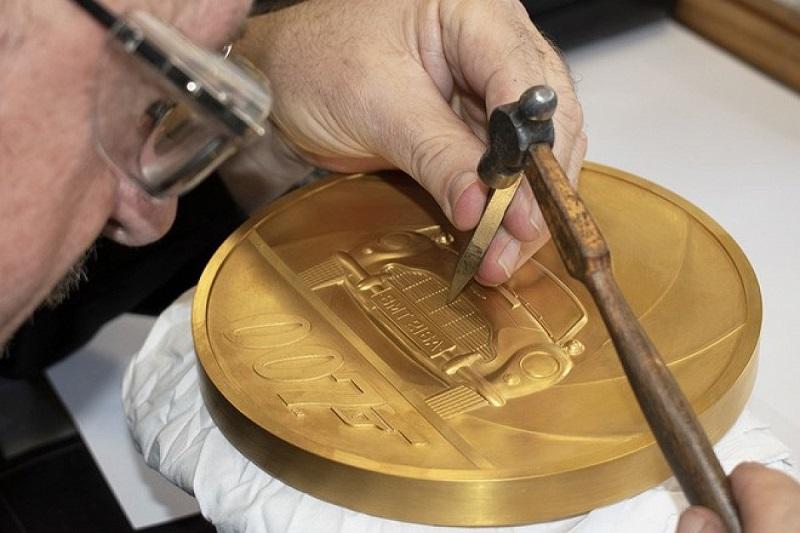 В Великобритании выпущена самая дорогая и крупная монета в истории страны