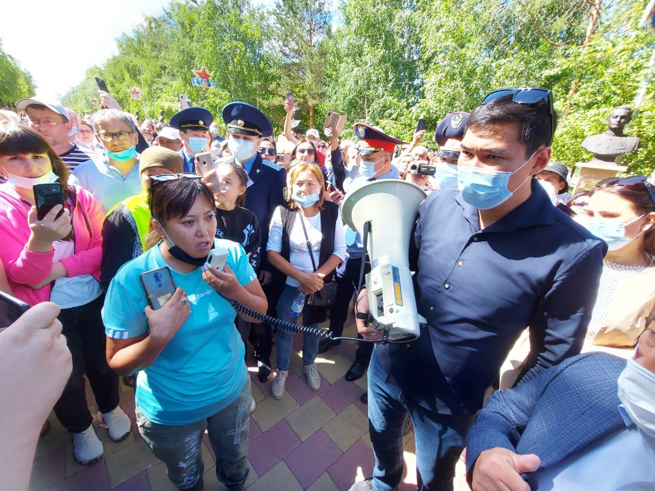 Жители  двух городов Казахстана протестовали против обязательной вакцинации