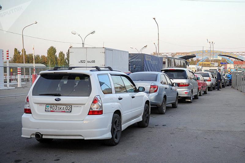 Очереди автомобилей стоят на киргизско-казахстанской границе